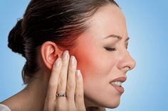 Voici lesremèdes contre les otites. L'otite externe est bénigne mais extrêmement douloureuse. Heureusement, il existe des remèdes simples pour atténuer ce mal. En voici quelques-uns. S'ils ne vous soulagent pas au bout de deux jours, consultez un médecin. Voici 10remèdes contre les otites Huile essentielle d'eucalyptus radié Massez le contour de votre oreille avec 1