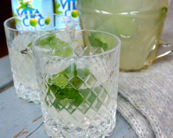 WIN: Maandvoorraad kokoswater van Vita Coco!  - Like Foodness & Vita Coco Coconut Water op Facebook - Reageer op dit artikel en laat weten wat jouw favoriete moment is om kokoswater te drinken - Kijk voor meer info op http://foodness.nl/recipe/detail/693/kokoswater_met_munt_win_maandvoorraad_vita_coco  Succes!