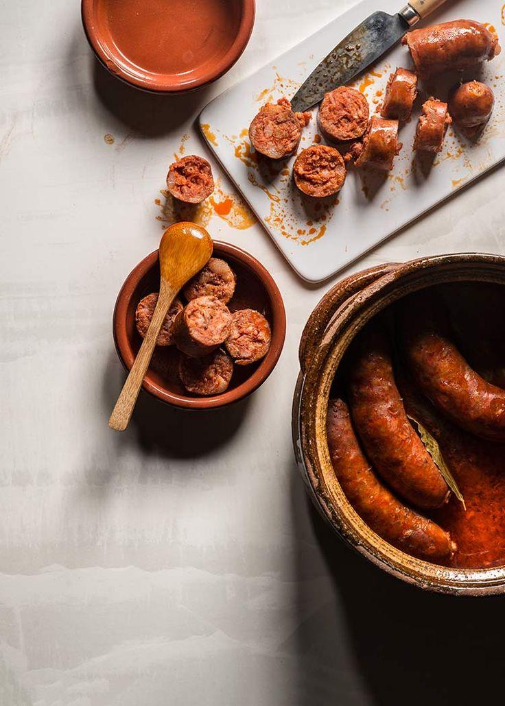 Receta de chorizos al vino blanco, cocidos en vino y servidos en su salsa, tapa típica