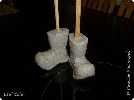 Здравствуйте девочки!! по вашим просьбам выставляю свой МК.Если будут вопросы,задавайте,с удовольствием отвечу. Для работы нам понадобиться:гипс или алебастр,ноги от куклы пластмассовые или резиновые,палочки для суши и мелкая наждачная бумага. Можно просто обрезать ноги у куклы примерно на 2-3 см выше щиколотки и форма-готова.Я для себя взяла часть от одной куклы(смотрите фото,) и ботиночки от другой . фото 6