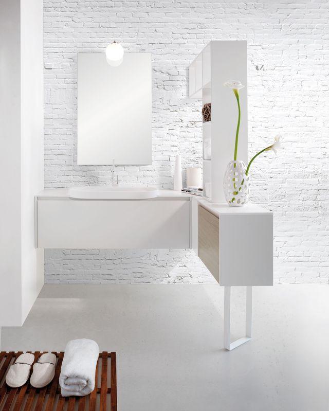 Salle de bains à la blancheur éclatante et une petite touche de bois