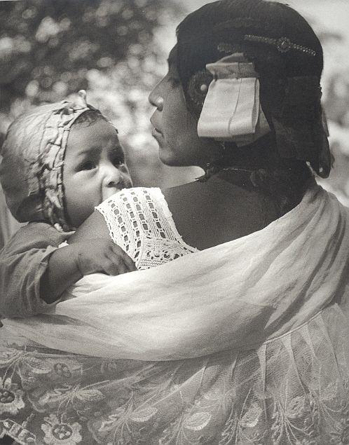 Una fotografía tomado por Juan Rulfo, fue tomado entre los años 1940 y 1950. Igual como sus libros, trataba de expresar la cultura de México a través de sus fotos. Este recurso es una colección de todos los fotografías de Juan Rulfo y cita donde tomaron los.