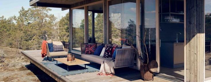 Uteplats: www.sommarnojen.se #sommarnojen #porch #scandinavia #architecture #sommarnöjen #summerhouse #uterum #skandinaviskdesign #skandinaviskarkitektur #sommarhus #fritidshus #naturmaterial