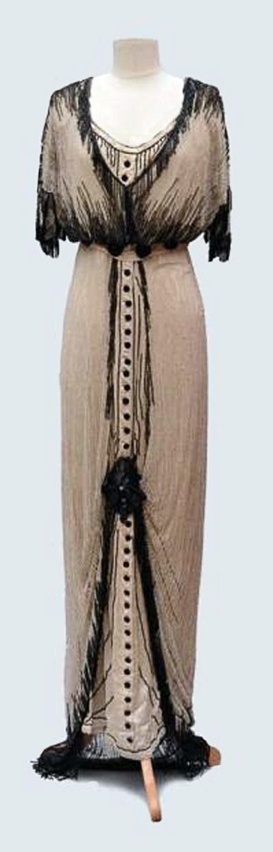 Evening dress ca. 1910. Cream-colored silk satin and white tulle, embroidered with black pearls. Auctions Eve