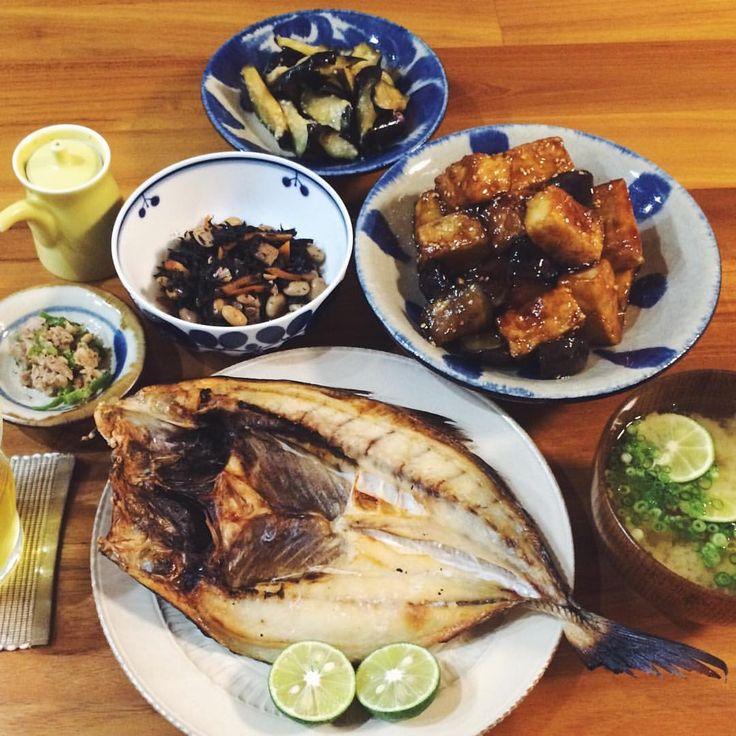 晩ごはん🍚 魚の干物、ナスと厚揚げの照り焼き、ナスのわさび漬け、玉ねぎとすだちのお味噌汁🍙 頂き物の魚の干物が美味しい☺️♡ リクエストの和食だした🍵  #1人分じゃないよ#この魚なんていうんやろ#晩ごはん#晩ご飯#和食#うちごはん#おうちごはん#ごはん記録#器#小石原ポタリー#小石原焼 #やちむん#白山陶器#ブルーム