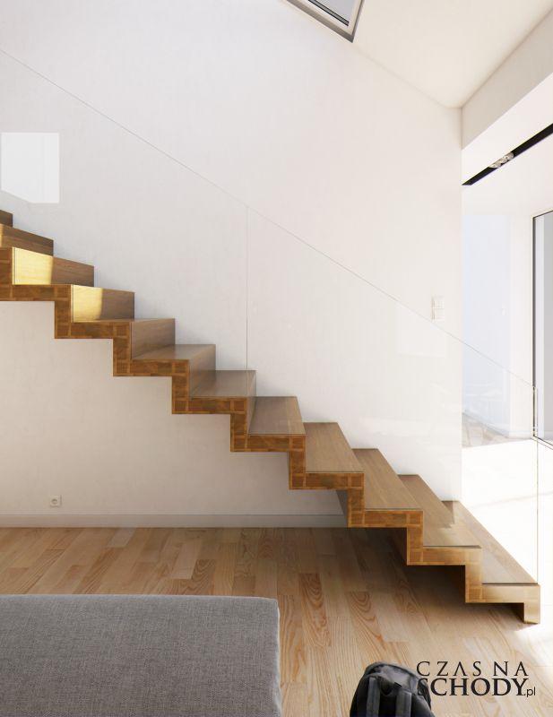 Drewniane schody dywanowe ze szklaną balustradą.
