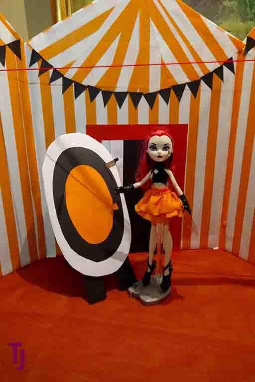 Halloween Display 2016 #Circus #KnifeThrower #Halloween #DIY #Dollcrafts