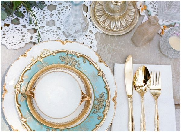 Gold and teal wedding setting | Image by Raquel Leal | Read more http://www.frenchweddingstyle.com/vintage-chic-french-wedding-inspiration/