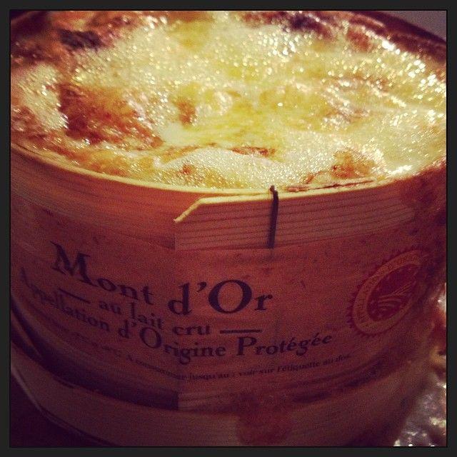 En hiver, un Mont d'Or au vin blanc cuit au four, avec des pommes de terre et de la charcuterie, quel régal !