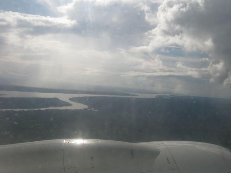 Las nubes sobre el Amazonas dibujando el cause de uno de los ríos mas caudalosos del mundo. Fotos Leticia hoy http://leticiahoy.com/especiales/fotos-hd/nubes-selvas-amazonenses-201501-3038