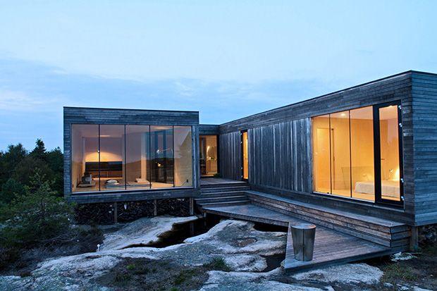 """Questa """"Summer house"""" sulle isole Hvaler, in Norvegia, è stata progettata in accordo con la filosofia della """"monovisione"""", secondo la quale le vetrate si aprono su un unico fronte, incoraggiando un di"""