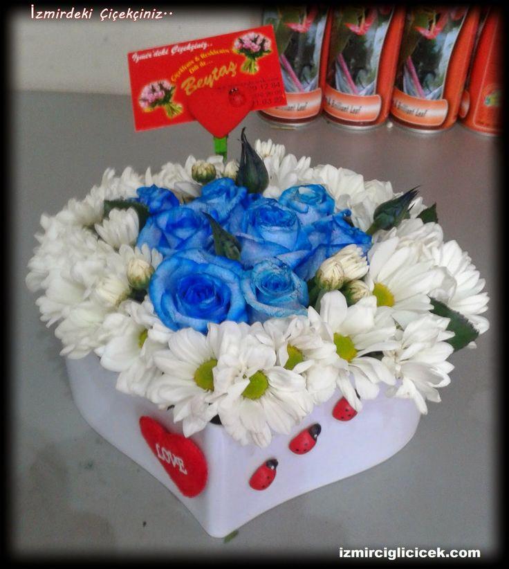izmir çiğli beytaş çiçekçilik: Kalp vazoda mavi güller ve papatya http://www.izmirciglicicek.com