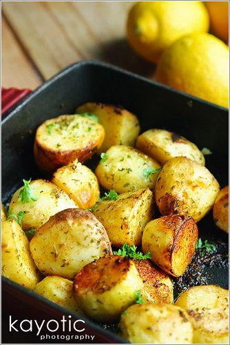 Patatas asadas limón - Aceite de oliva, caldo de pollo, el orégano, la sal marina gruesa, pimentón, dientes de ajo, limones, pimienta, perejil y patatas.