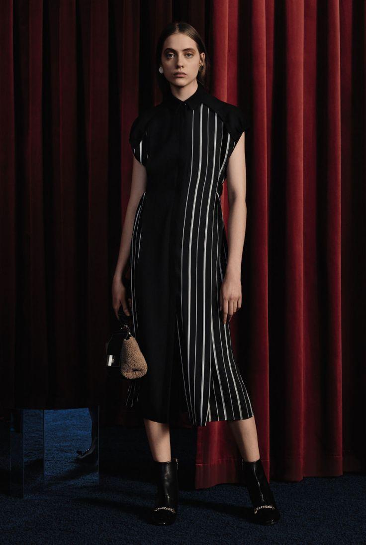 Полуспортивные брючные костюмы, лаконичные коктейльные платья и безупречный трикотаж богатых цветов — так по мнению Джейсона Ву одевалась бы героиня фильма о современной сильной женщине