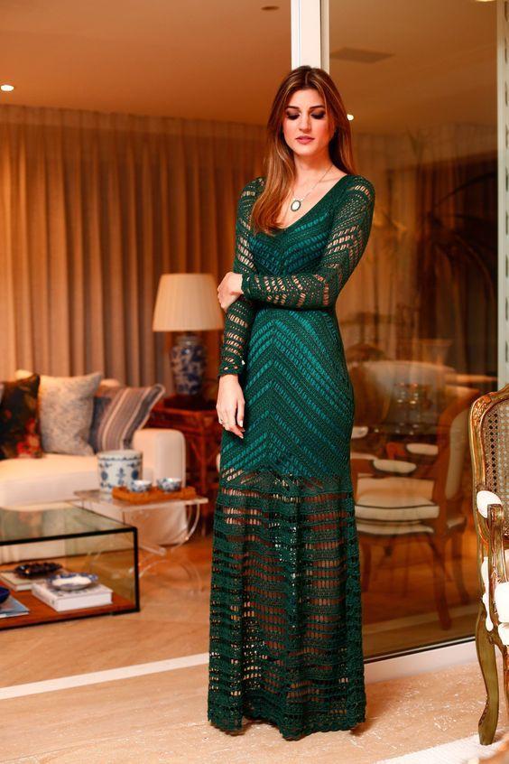 Vestido verde de tricô, transparência na saia, inspiração para look de fim de ano, ano novo.