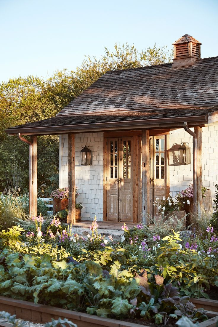 The old beams and copper gutters give the garden house a more weathered look.