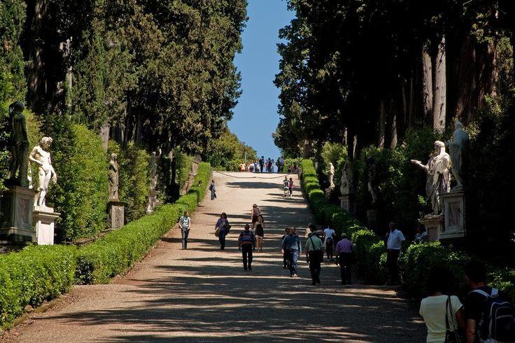 Giardino di Boboli – Florencja, Włochy. Ogród powiększano na południe, a jego kształtowaniem zajęli się Alfonso i Giulio Parigi. Tę część wyróżnia wspaniała aleja cyprysowa zwana Viottolone z marmurowymi rzeźbami, które ustawione przypadkowo, tworzą galerię znakomitych dzieł antycznych i renesansowych.