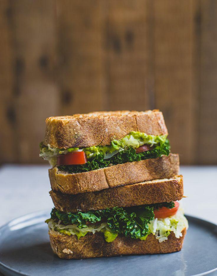 Een gezonde, in de pan gebakken sandwich met zuurkool, avocado en boerenkool.