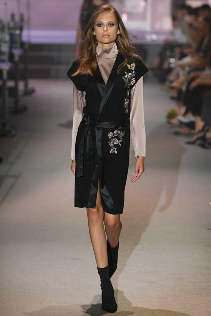 robe de soirée courte longueur mi genou style kimono en noir avec une chemise a col haut