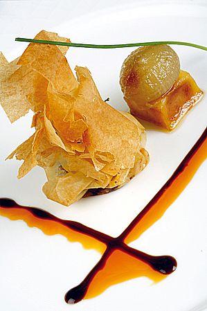 Crujiente de moscancia con manzana y cebolla confitada a la sidra