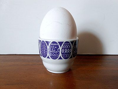"Vintage ARABIA Finland ""Kauno"" Porcelain Egg Cup, Purple Eggs, Raija Uosikkinen…"