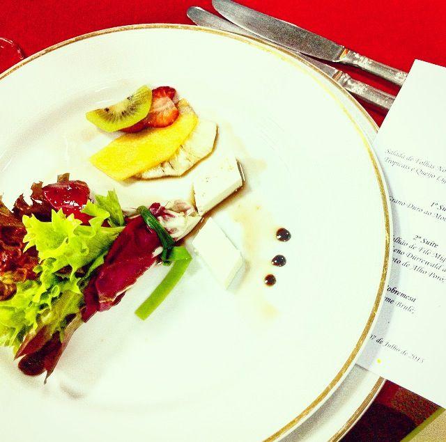 Salada de folhas nobres com carpaccio de frutas tropicais e queijo light ao aceto de framboesa.