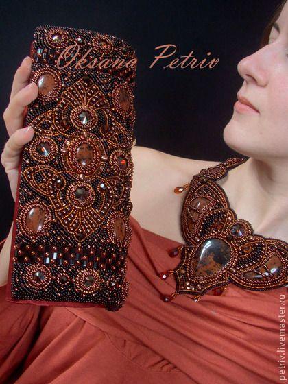 Клатч вечерний `Ар-нуво`. Вечерняя сумочка-клатч, вышитая бисером и камнями,  в благородом и таинственном цвете - бургундия. Сумочка выполнена в стиле ар-нуво. За основу взят оригинальный орнамент, разработанный ювелирами конца XIX ст.
