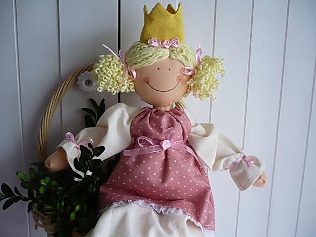 Šípková Růženka Princezna je dlouhá 37cm.Plněná je dutým vláknem.