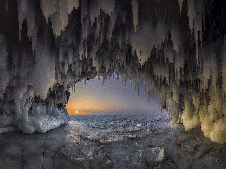 Ледяные пещеры озера Байкал