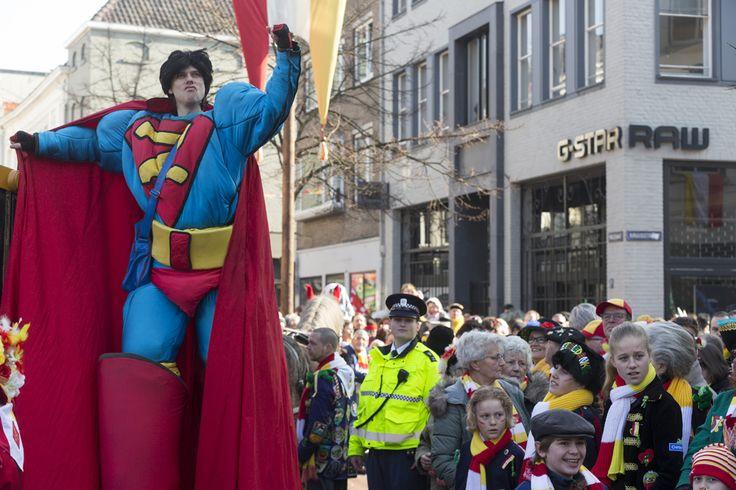 Met carnaval zetten we steltlopers in om het verkeer in goede banen te leiden.