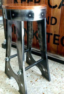 Para barra totalmente hecho a mano en acero y asiento de madera. Precio comienza desde $2500.00