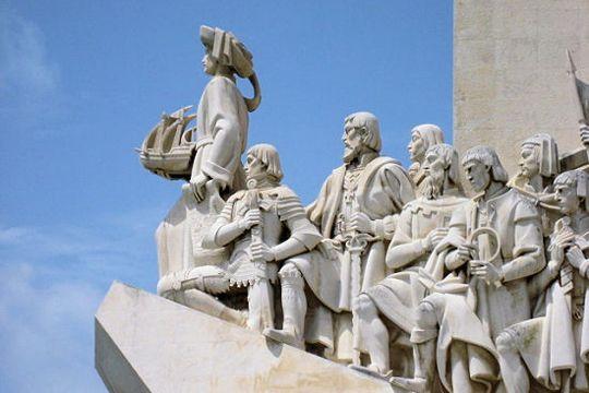 J'y suis allée ! PORTUGAL - Erigé en bordure du Tage à deux pas du monastère des Hiéronymites, le Monumentaux Découvertesrend hommage aux grands navigateurs portugais. Il a été élevé en 1960 à l'occasion du 500e anniversaire de la mort du roi Henri le Navigateur. La première statue est d'ailleurs à son effigie.