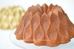 Deze vanillecake is gebakken met gecondenseerde melk. Dit karmeliseert tijdens het bakken. Daarom is de cake prachtig koperbruin van buiten en van binnen.