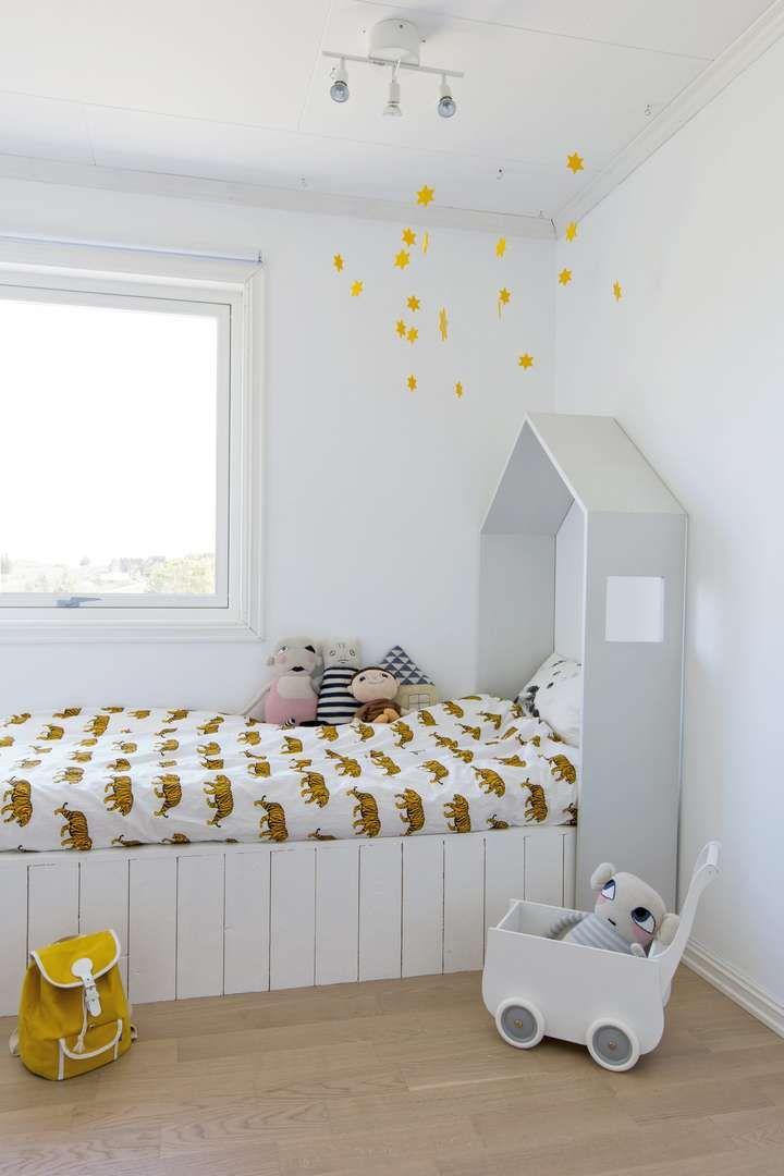 Huset over sengen på lillebrors rom er bygget høyt nok til at også voksne kan…