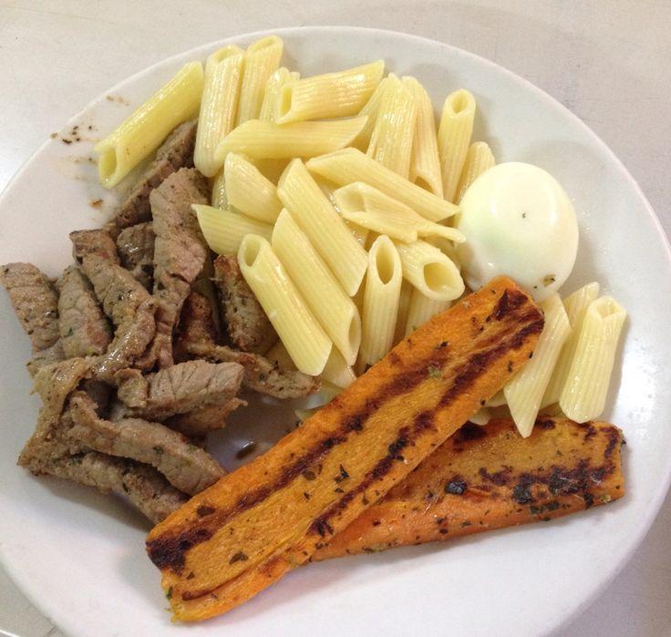 Prato composto: massa penne cozida, íscas de carne grelhada, cenouras grelhadas, ovo cozido!!