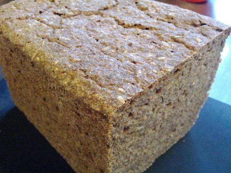 En grundlæggende rugbrøds opskrift uden brug af hvede, hvedemel eller gær. Kun rugmel, kerner, salt, vand og surdej.