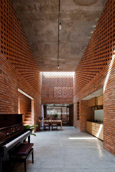 El acomodo de los tabiques superiores aligeran visualmente el espacio y los muros parecieran más altos.