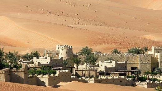 Abu Dhabi er bokstavelig omgitt av ørken http://travels.kilroy.no/destinasjoner/midtosten/forente-arabiske-emirater/abu-dhabi
