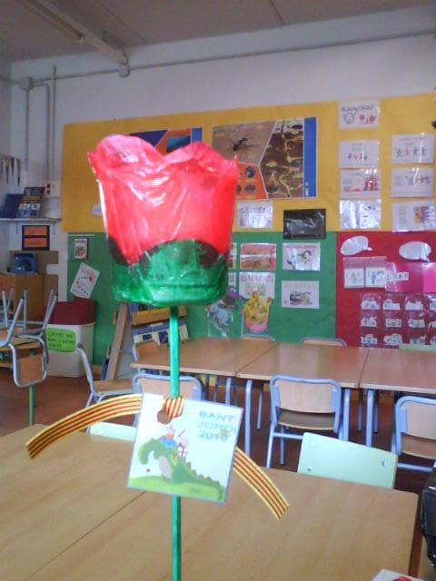 Rosa de Sant Jordi amb got de xupito Escola L'Antina