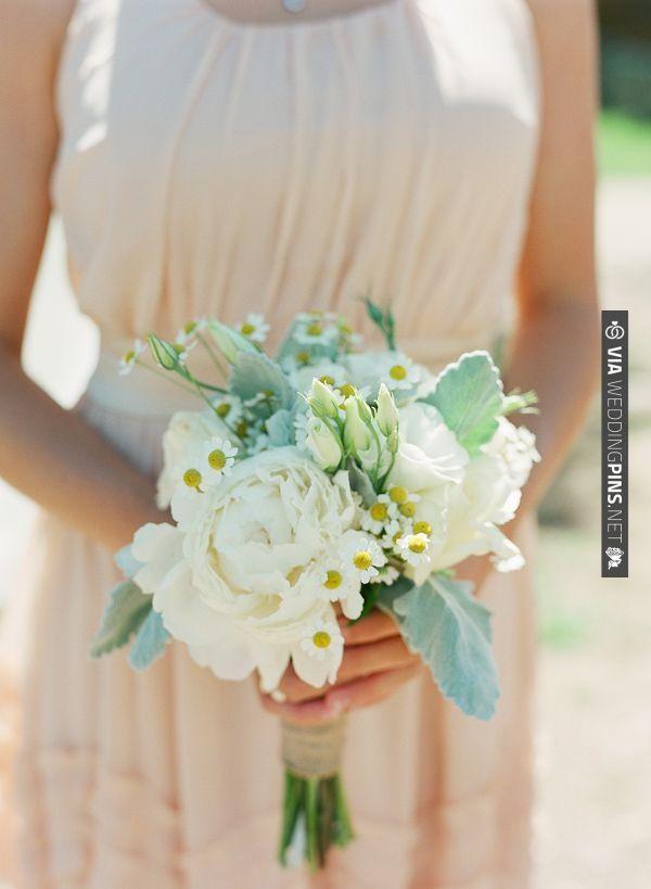white bridesmaid bouquet | VIA #WEDDINGPINS.NET