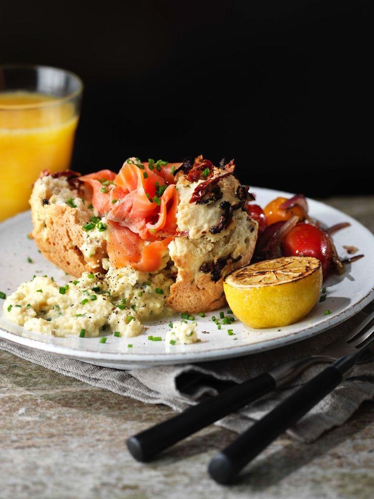 Såhär gör du: Inled med att göra en sats av matmuffins, recept hittar du här: Recept på matmuffins med gräslök och tomat. Vispa samman äggen med Créme Bonjour Gräslök, vatten, salt och peppar. Lägg i en kastrull och rör till krämig äggröra. Toppa på matmuffins och servera med rökt lax, toppa med lite hackad gräslök. …