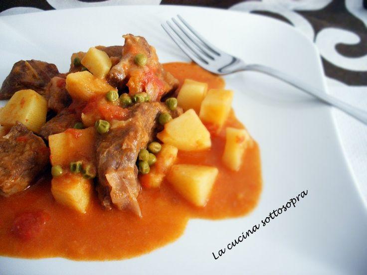 Lo spezzatino misto con patate e piselli è un secondo piatto a base di pezzi di carne di vitello e di maiale, cotti in un sugo con patate e piselli.