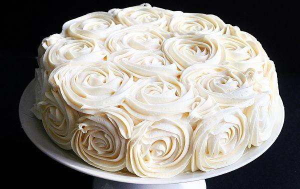 Para todos aqueles que desejam saber como decorar um bolo com rosas simples, e sem quebrar a cabeça, chega este tutorial maravilhoso com fotos de tudo. Na verdade, a ideia não é minha, e as fotos também não. Elas são do site I'm a Baker, e peguei emprestadas para mos