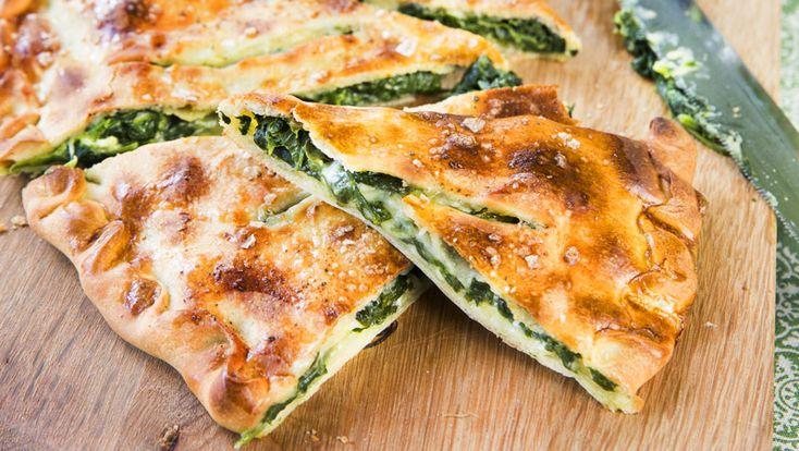 Hemmagjord pizza är godast! Testa denna vegetariska pizza med spenat, mozzarella och lagrad ost.