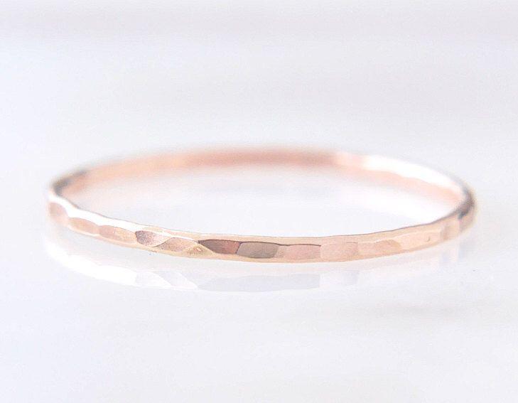 14k Solid Rose oro sottile anello distanziale - martellato gioielli delicato semplice trama sfaccettato o scanalato - anello d'oro delicato - / Signe 1mm 14k di edor su Etsy https://www.etsy.com/it/listing/462280379/14k-solid-rose-oro-sottile-anello
