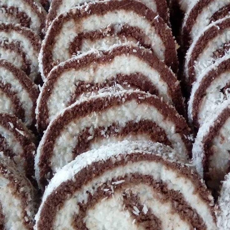 """Nyers-gluténmentes-tejmentes-vegán (tojásmentes paleo), sütés nélküli desszert Julika módra """"MINDENMENTES"""" (jelölendő allergénektől mentes) KÓKUSZTEKERCS és KÓKUSZGOLYÓ recept Péterné Károlyi Zsuzsanna ezt írta róla: """"""""MINDENMENTES"""" KÓKUSZTEKERCS&GOLYÓ! Nem létezik ettől finomabb a"""