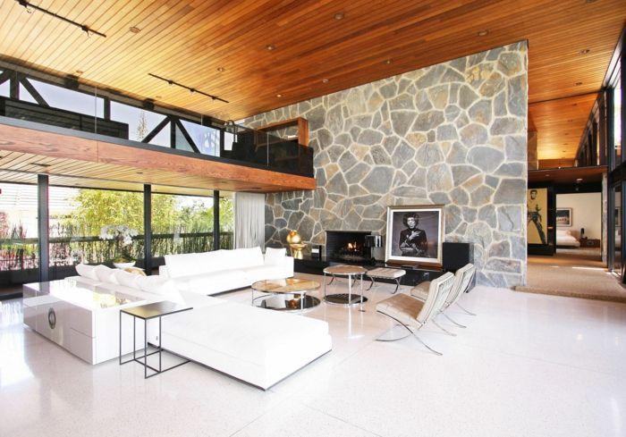 wohnzimmer mit einer glaswand, weiße sofas, zwei liegestühle, zwei ... - Wohnzimmer Design Wande