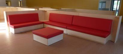 Idee voor een bank in de klas, maar dan 1 bank minder en met een hogere werktafel erbij  Scholen - Maatwerk - esdoorn.com