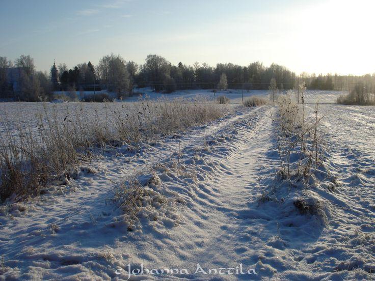 Peltotiellä. On the field road.
