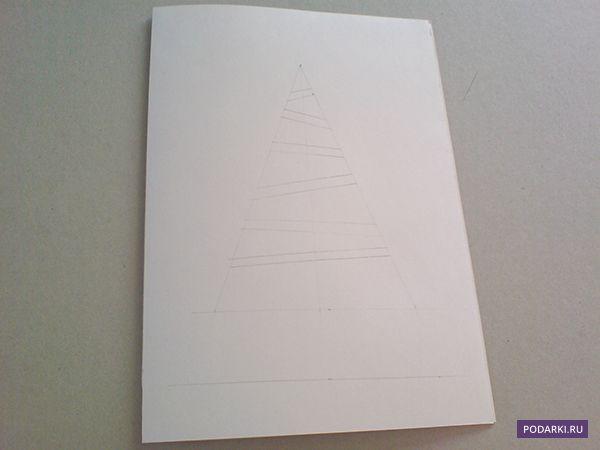 """Existuje množství vánočních přání: bohatě ozdobené,""""svíticí"""" všemi barvami duhy, nebo úplně jednoduchými, ale o nic méně originálními. Takové minimalistické přáníčko vytvoříte během 10 minut, ale radost tím uděláte nesrovnatelně větší. Budete potřebovat: – Papír na osnovu – Zelený (může být i jinak barevný) papír, nejlépe oboustranný – Lepidlo v tužce nebo oboustrannou lepicí pásku –..."""